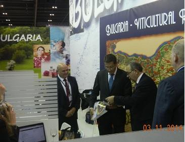 Известният водещ на CNN Ричард Куест посети Българският щанд в Лондон
